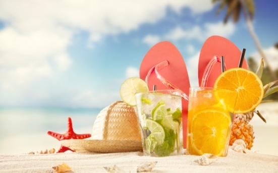 vara-plaja-nisip-cocktail-accesorii-vacanta