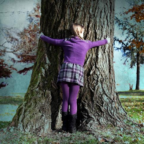 girl-hugging-tree-trunk-joana-kruse