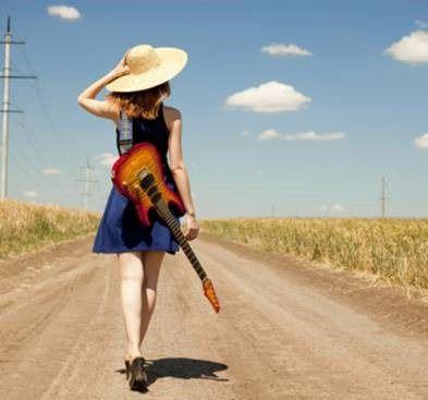 chica-guitarra-campo-carretera.jpg